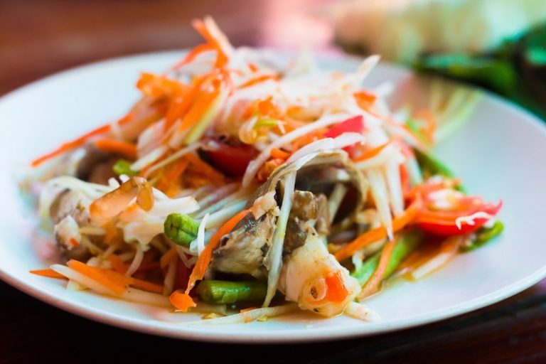 som-tam-thai-food-papaya-salad-visa-travel-phi-phi
